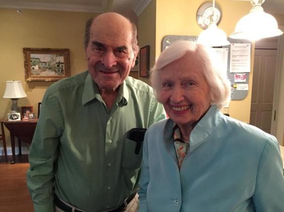 El Dr. Henry Heimlich junto a la persona que salvó de un atragantamiento