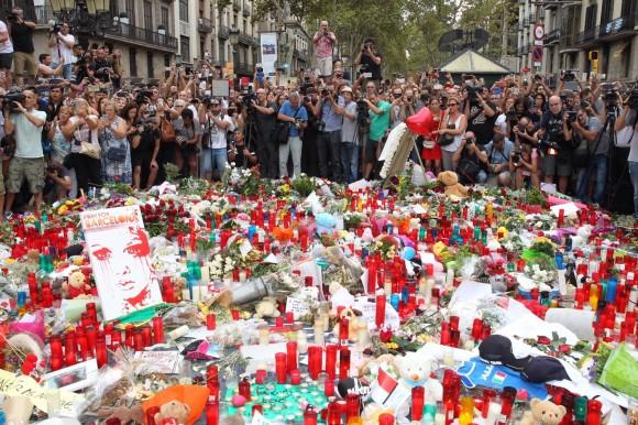 Vista de las ofrendas realizadas por los ciudadanos en el mosaico de Joan Miró en Las Ramblas