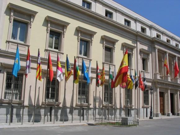 Banderas_de_las_comunidades_autónomas_de_España_frente_al_Senado_Madrid