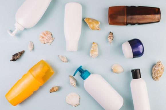 conchas-marinas-y-cosmeticos-para-tomar-el-sol_23-2147801058